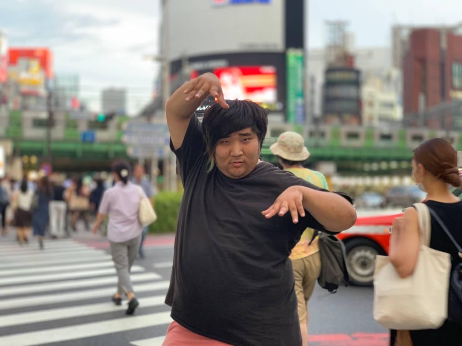 ダイキ君_スクランブル交差点決めポーズ1